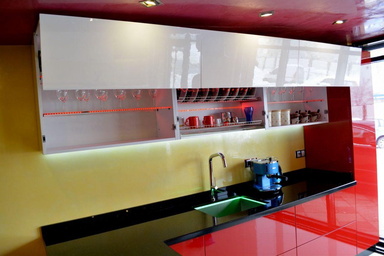 Mobila Bucatarie Showroom Yulmob din MDF Vopsit Rosu Ferrari Ral 3020 cu Alb Lucios Ral 9003 echipata cu Servo Drive pentru AVENTOS HF