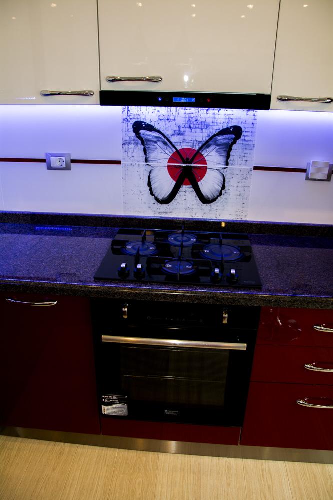 Mobila bucatarie moderna la comanda realizata din Mdf Vopsit Lucios Alb Bordo cu electrocasnice incorporate Hotpoint Ariston