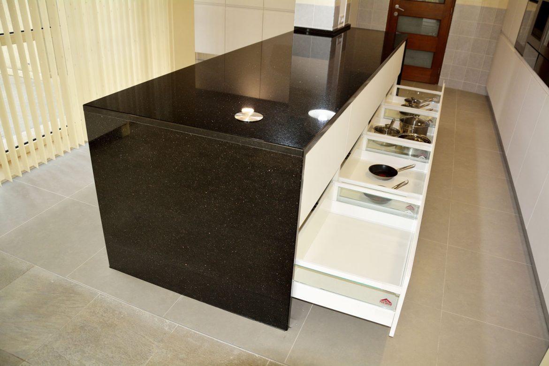 Mobilier tip insula bucatarie moderna la comanda cu blat de 300 mm granit negru Galaxy sertare silentioase cu amortizare Antaro Blum cu inaltatoare sertar cu sticla