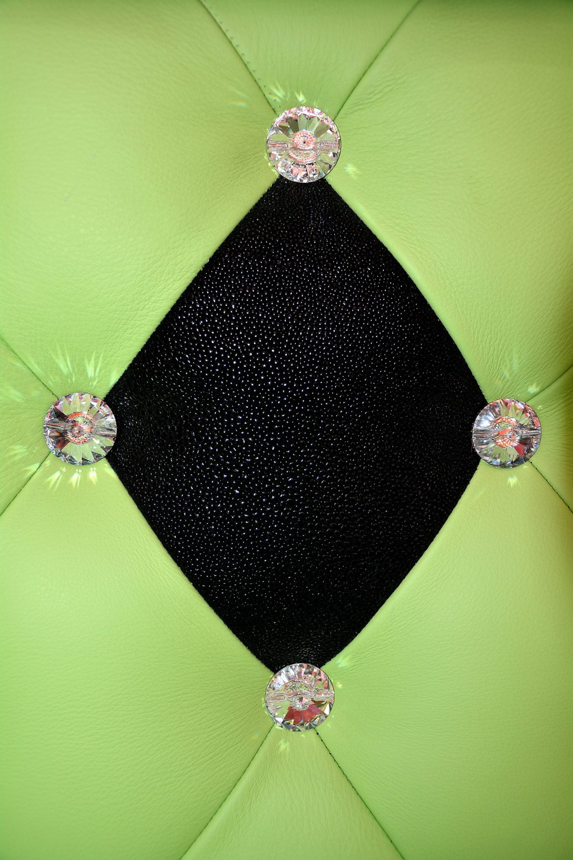 Model tablie tapitat in piele naturala bovina cu imitatie piele pisica de mare cu butoni cristal swarovski