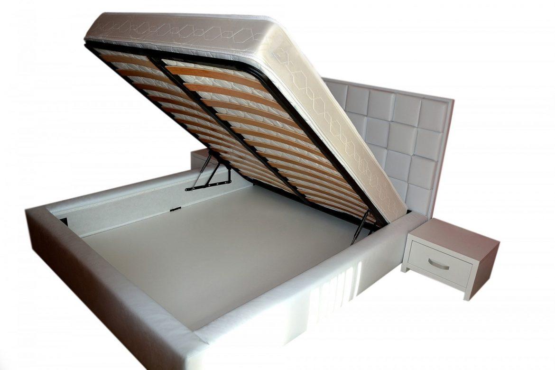 Pat Sky Line confectionat din pal dublat pentru rezistenta capitonat cu burete de 5 cm tapitat in intregime in piele ecologica alba si lada pentru depozitat diverse min