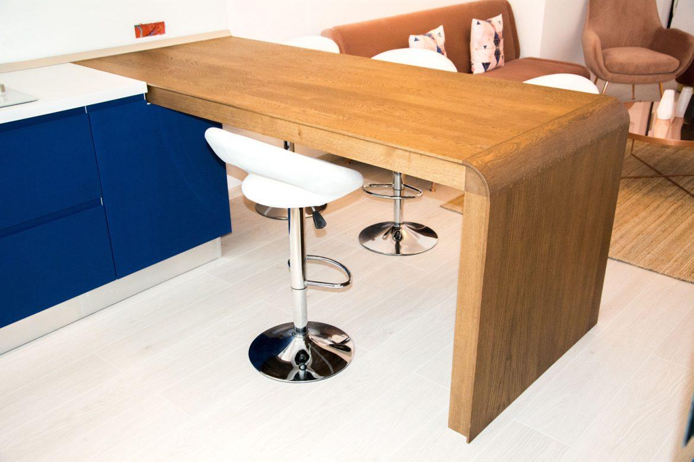 detali masa din lemn masiv cu fronturi din mdf vopsit 1