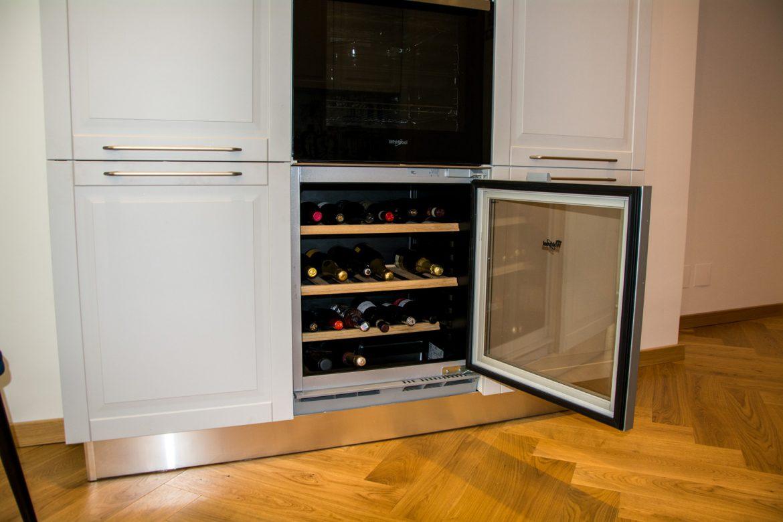 detali mobila la comanda cu frigider de vinuri incorporabil