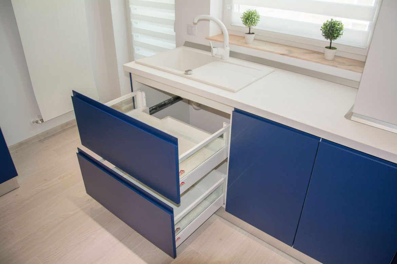 detali sertare silentioase antaro blum cu inaltator sertar sticla si fronturi din mdf vopsit albastru inchis 1