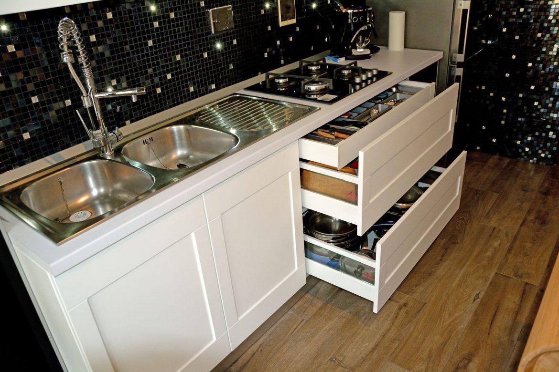 dormitor cu usi din rame aluminiu cu sticla vopsita neagra si folie protectoare33