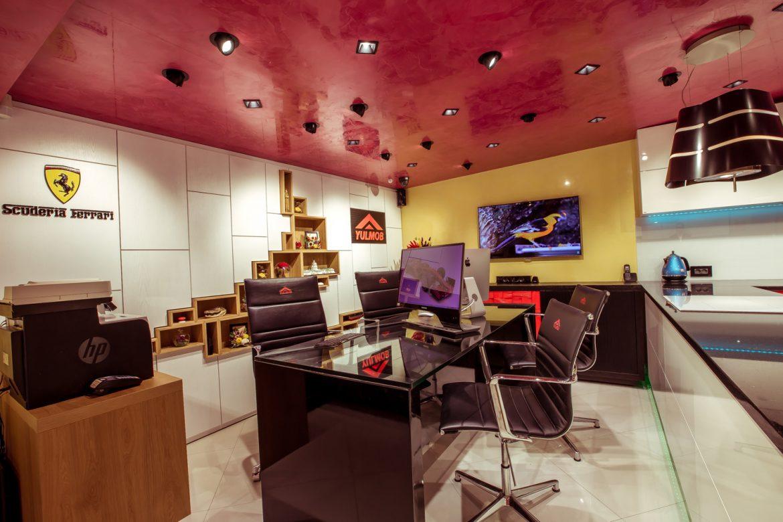 showroom yulmob bacau cu perete din lemn masiv alb cu stejar 3