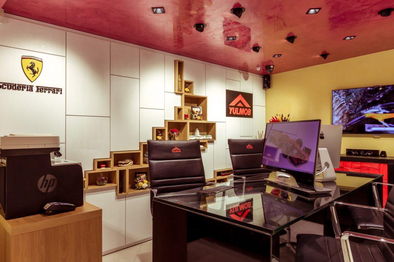 showroom yulmob birou din mdf cu blat din sticla 2