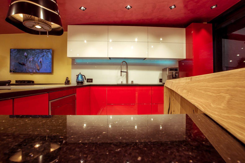 showroom yulmob cu bucatarie rosu cu alb 2