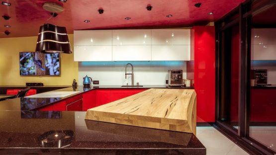 showroom yulmob cu insula din lemn masiv din stejar 1