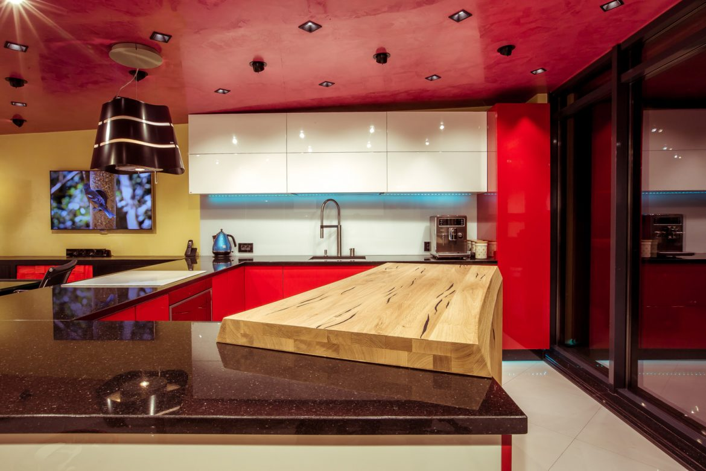 showroom yulmob cu insula din lemn masiv din stejar