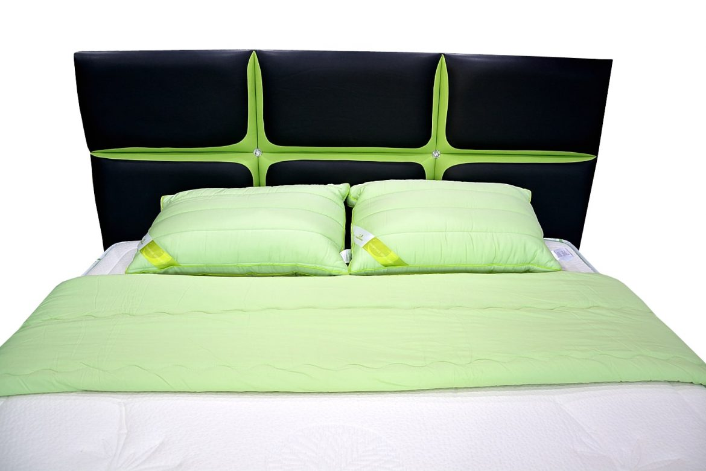 tablie pat 160 matrimonial tapitata cu piele de bovina verde cu negru si cristale swarovski cu diametru de 27 mm min