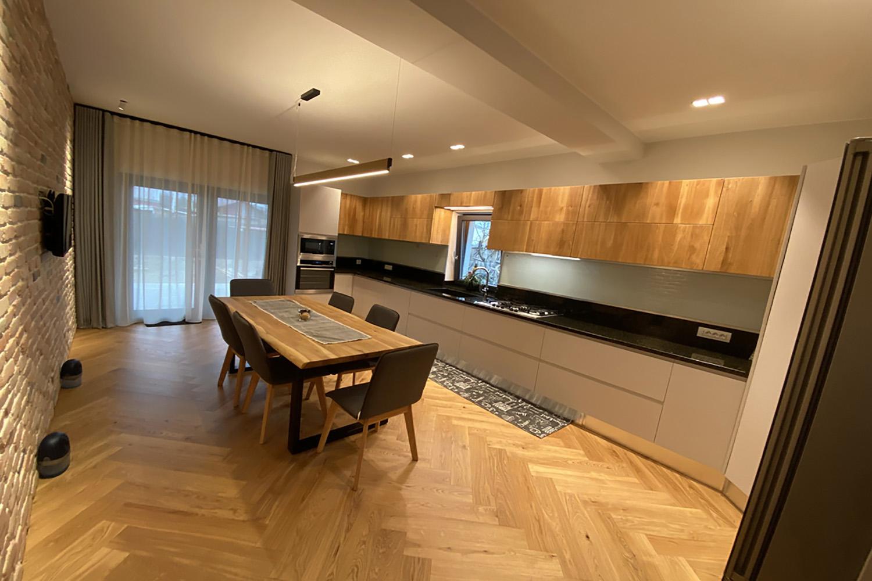 111bucatarie moderna cu combinati de culori lemn masiv si mdf vopsit casmir ncs