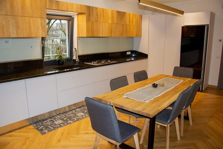 bucatarie moderna la comanda cu fronturi din lemn masiv din stejar furniruit 1