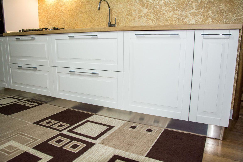 detali bucatarie cu frezare moderna cu sertare silentiaose blum