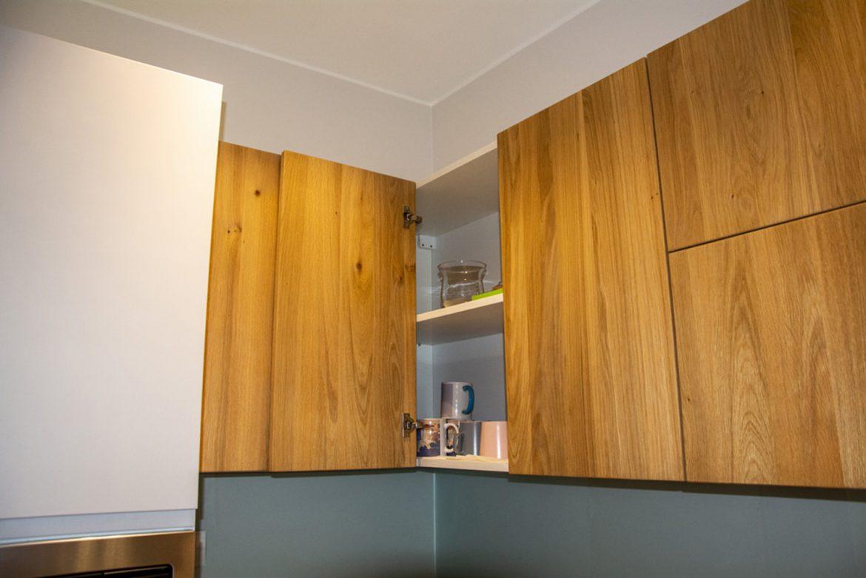 detali interior corp superior cu raft mobil si usa din lemn maiv 1