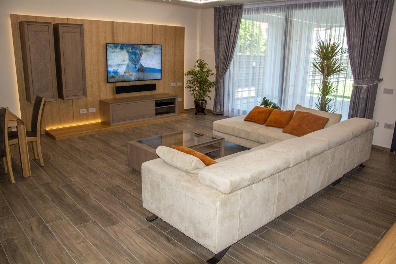 living din lemn masiv cu canapea din piele intoarsa
