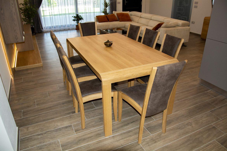 masa cu scaune din lemn masiv tapitate din piele naturala intoarsa