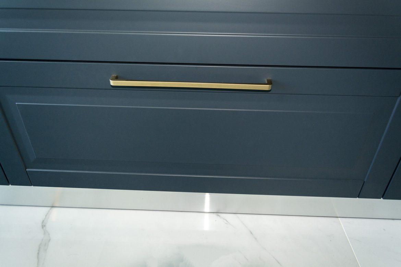 detali front din mdf vopsit gri inchis cu manere bara aurie