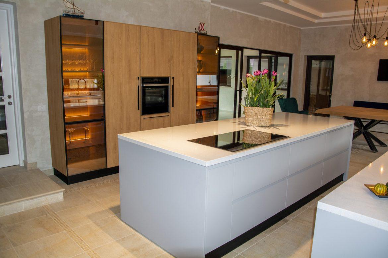 bucatarie moderna cu blat din compozit