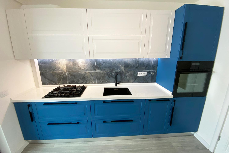 bucatarie moderna cu front din mdf vopsit ral 5007 albastru si accesori blum