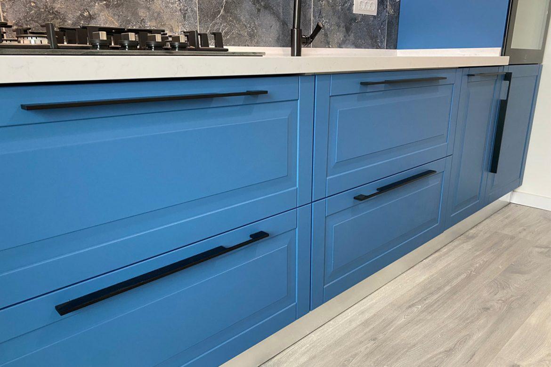 detali sertar cu maner negru mat si usa din mdf vopsit ral 5007 albastru