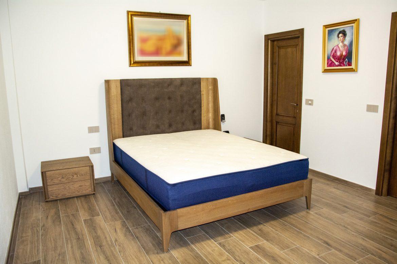 pat din lemn masiv stejar cu tablie tapitata din piele