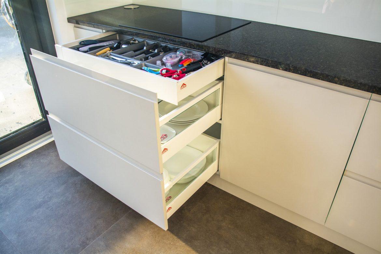 bucatarie moderna cu detali la sertare silentioase blum