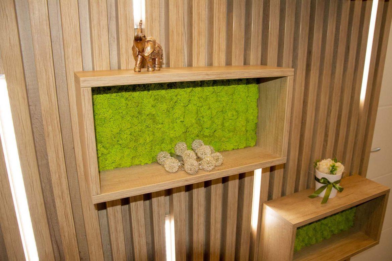 perete decorativ cu dulapioare deschise